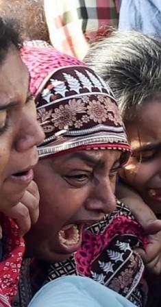 أقارب الضحايا أثناء تشييع الجنازة. (أ ف ب)