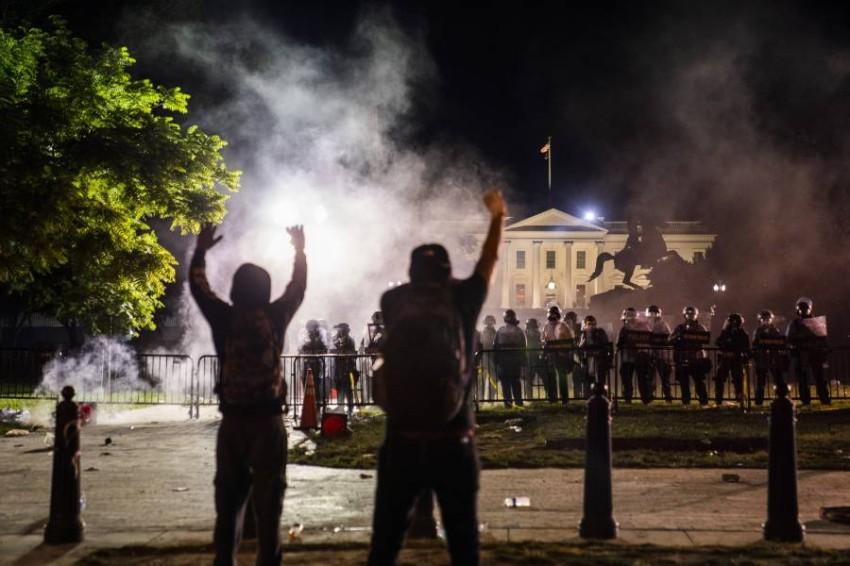 محتجون يتحدون الشرطة أمام البيت الأبيض. (إي بي أيه)
