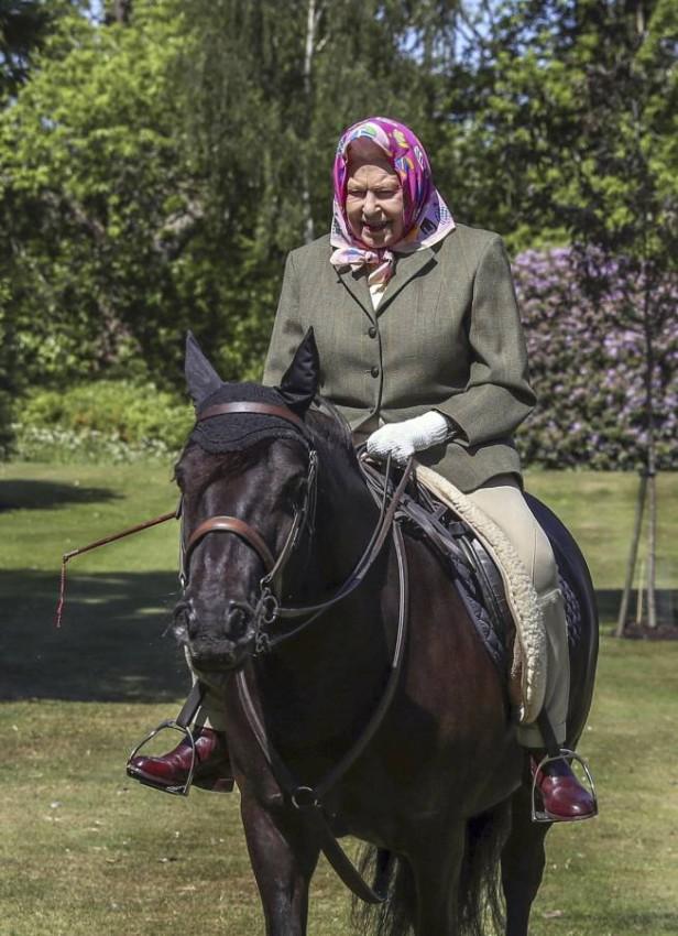 الملكة إليزابيث الثانية تمارس رياضتها المفضلة. (أ ب)