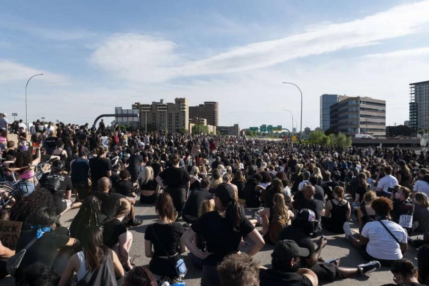 المحتجون فوق الجسر الذي اقتحمته الشاحنة. (أ ف ب)