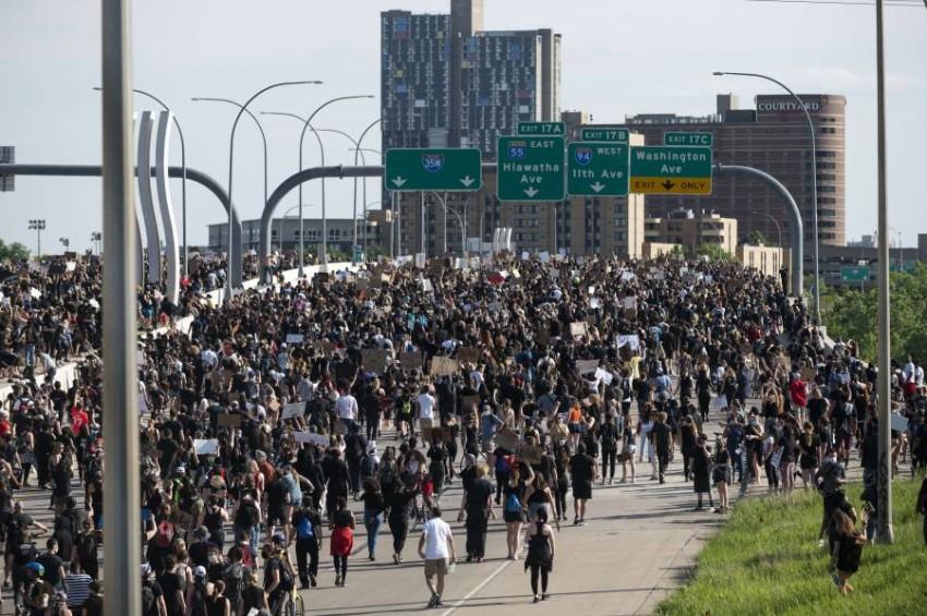 مسيرة حاشدة فوق الجسر نجت من كارثة محققة. (أ ف ب )