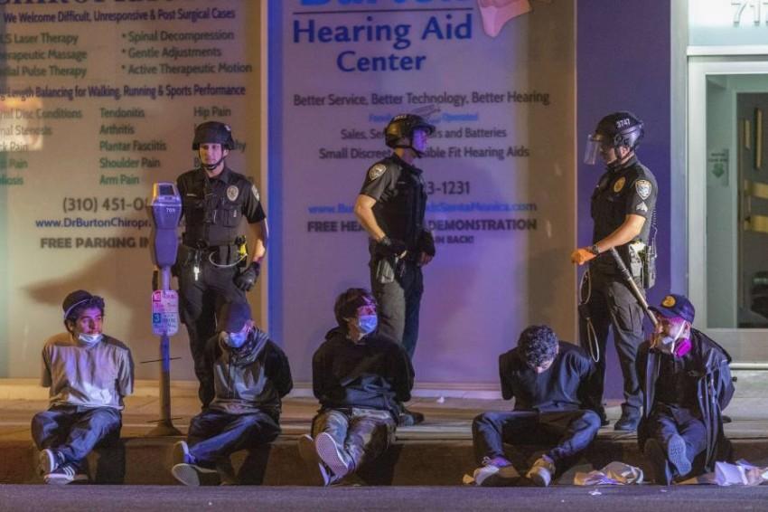 إلقاء القبض على محتجين في كاليفورنيا. (إي بي أيه)