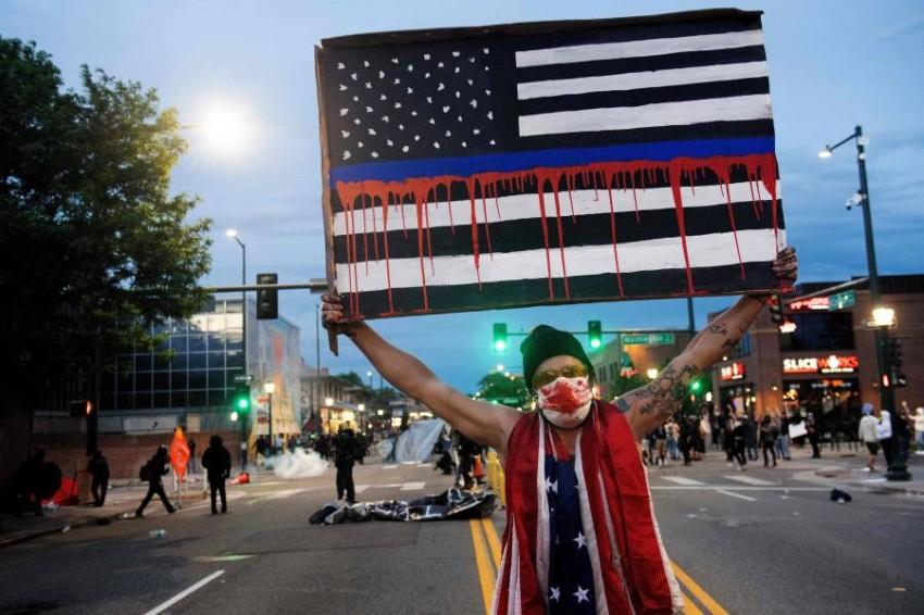 غضب عالمي متنامٍ بسبب الاحتجاجات في أمريكا مع تجذر العنصرية. (أ ف ب)