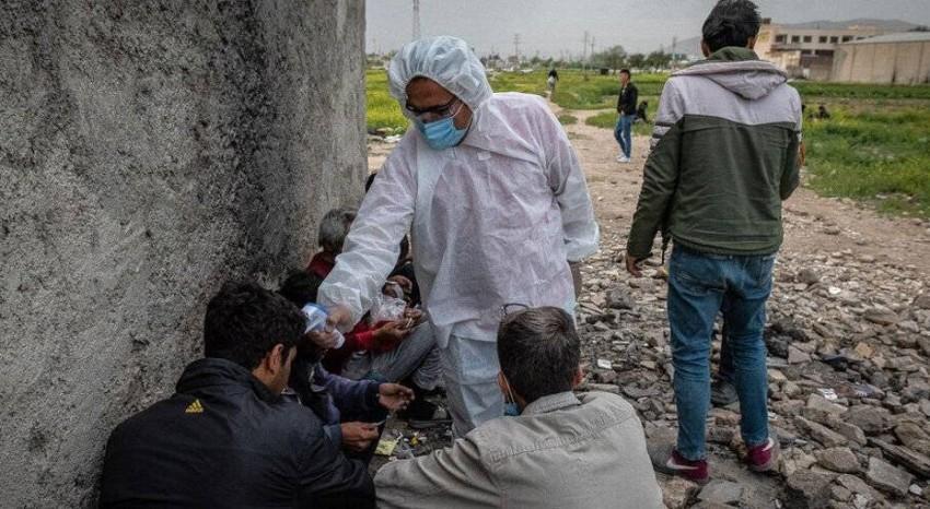 السلطات الصحية تفحص المدنين في الشوارع. (إيران وير)