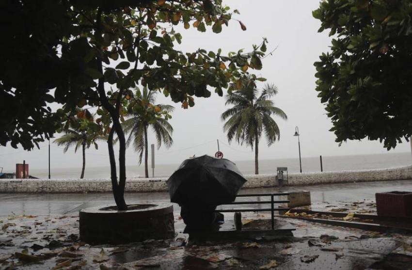 مومباي تترقب إعصارا قويا. (أ ب)