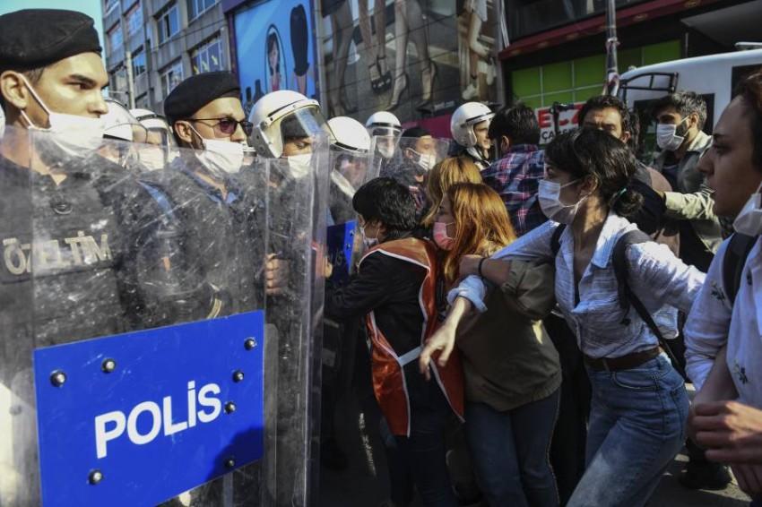 الأمن يمنع مظاهرة في إسطنبول تندد بعنف الشرطة. (أ ب)
