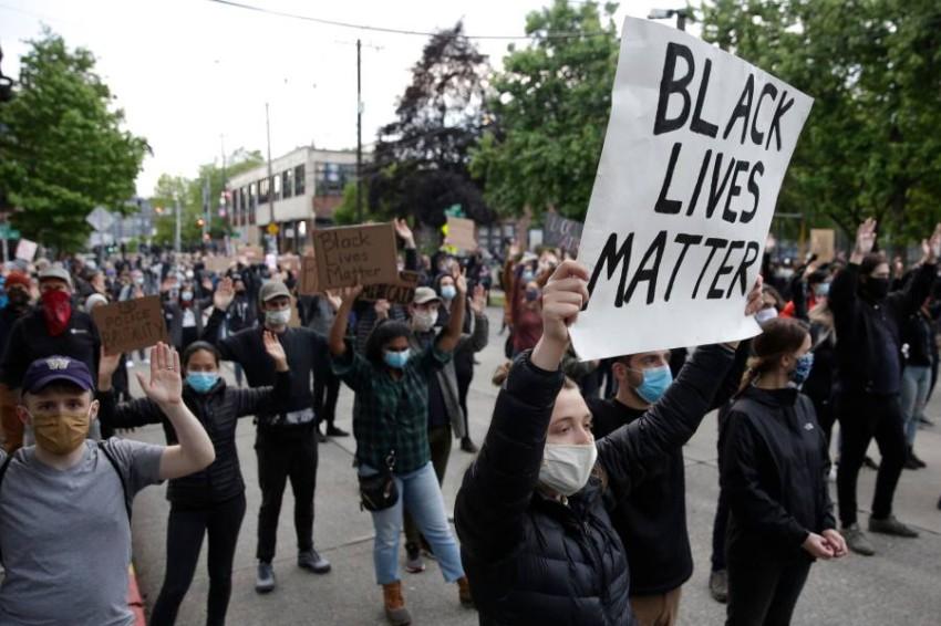 متظاهرون أمريكيون في سياتل. (أ ف ب )