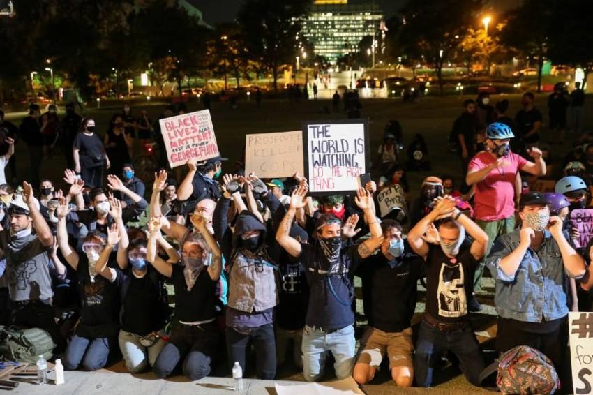 احتجاجات مستمرة ضد العنف والعنصرية. (رويترز)
