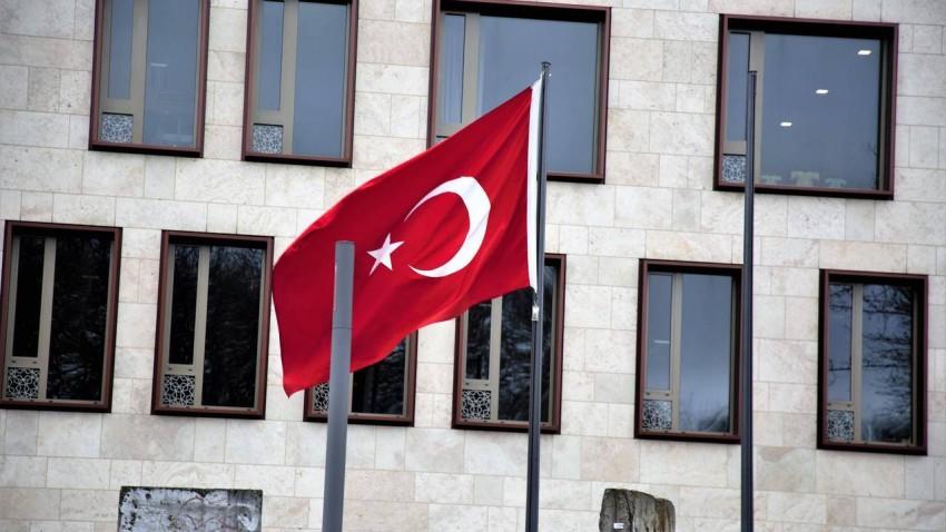 لقطة من الفيلم للعلم التركي بمقر السفارة في برلين. (الرؤية)
