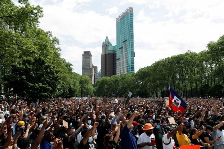 حاكم نيويورك يطالب بإخضاع المتظاهرين لفحص كورونا. (رويترز)