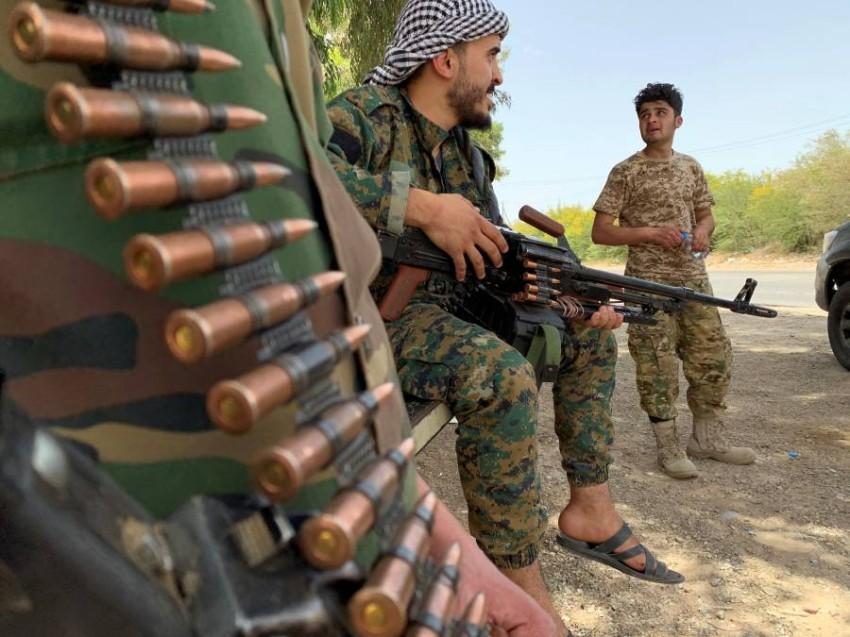 عنصران من ميليشيات حكومة السراج في طرابلس.(رويترز)