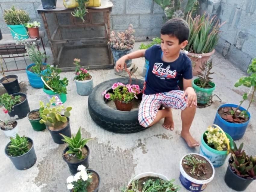 الطفل محمد يجلس وسط حديقته بعد إعادة تشكيلها هندسياً. (الرؤية)