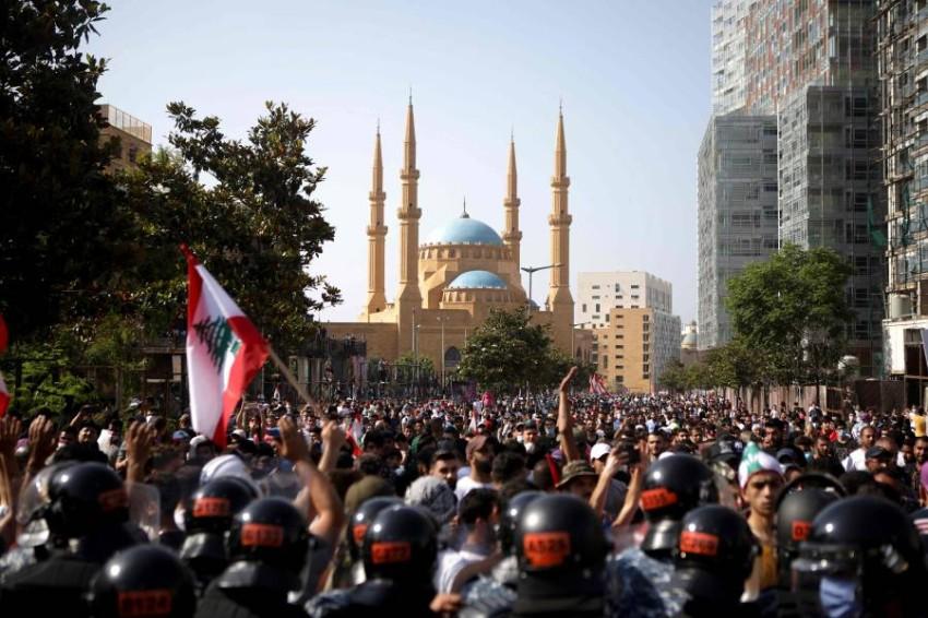 قوات مكافحة الشغب في مواجهة المحتجين بوسط بيروت. (أ ف ب )
