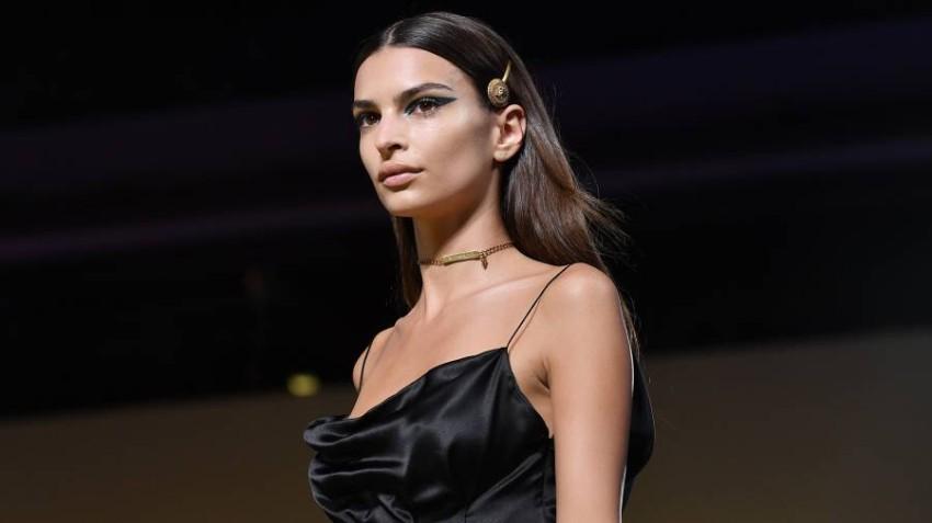 ايميلي راتاجوسكي في عرض أزياء فيرساتشي