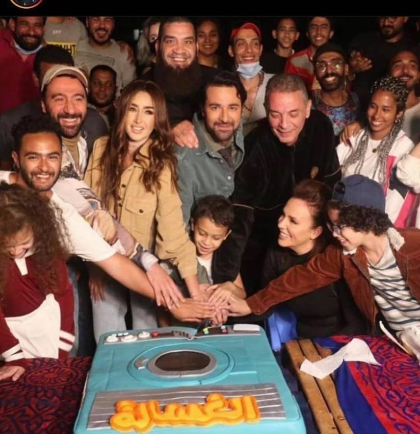 احتفال أسرة فيلم «الغسالة» بانتهاء التصوير.