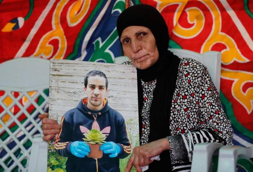 والدة الشاب الفلسطيني إياد الحلاق في عزائه. (أ ف ب)