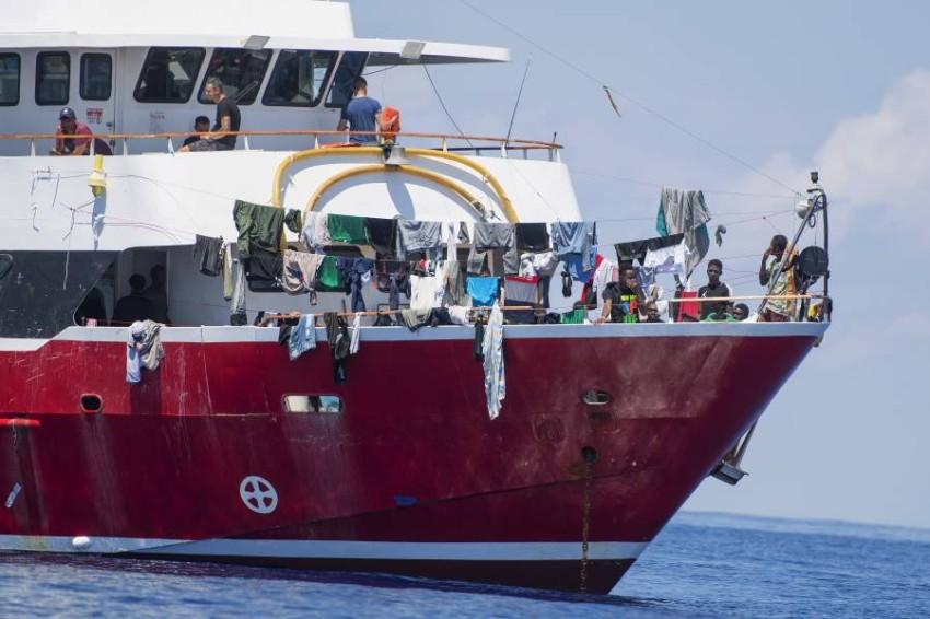 مالطا تسمح بنزول مهاجرين إلى أراضيها بعد احتجازهم لشهر في عرض البحر. (أ ب)