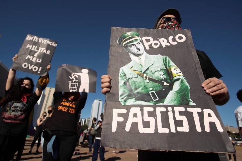 معارضو بولسونارو يتظاهرون ضد سياساته. (إي بي أيه)