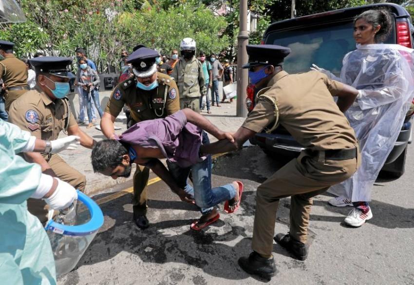 سريلانكا.. الشرطة تفرق احتجاجات تضامن مع «جورج فلويد». (رويترز)