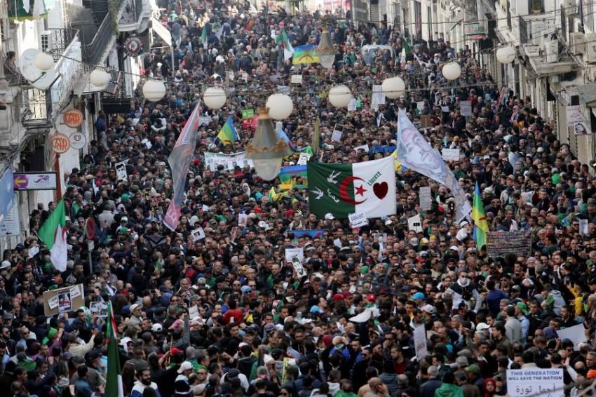 الرئيس الجزائري يدرس الإفراج عن بعض سجناء الحراك الشعبي. (رويترز)
