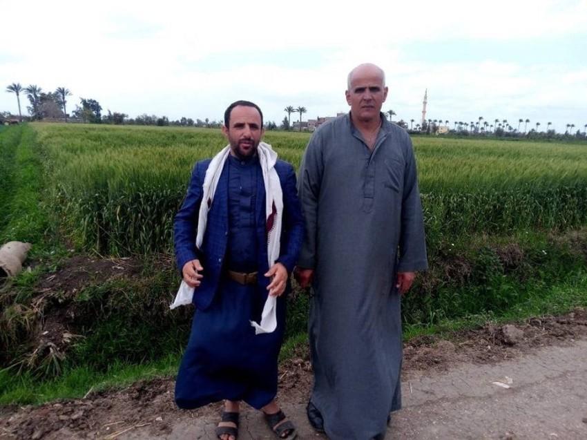 أحد الطلاب مع معلهم أثناء زيارتهم له في مصر.