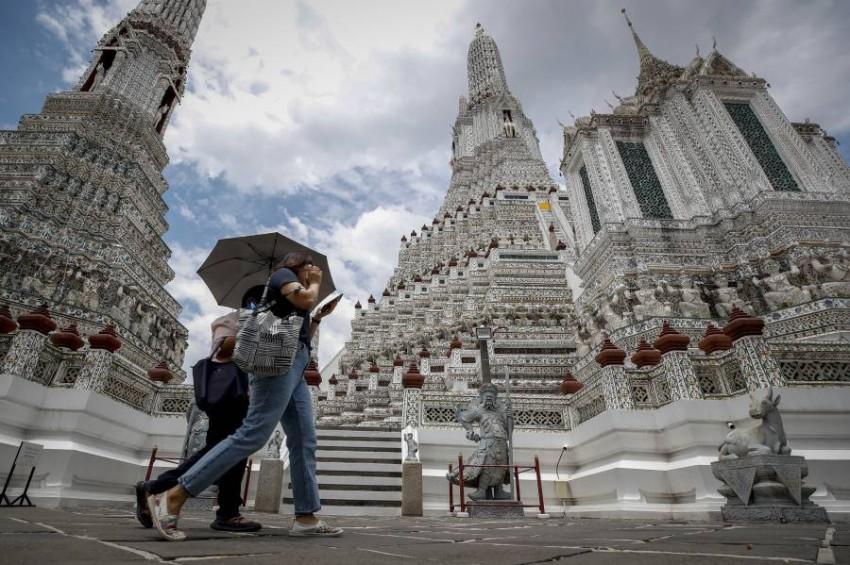 تايلاند تعيد فتح المدارس والحانات والحدود أمام بعض الأجانب. (إي بي أيه)