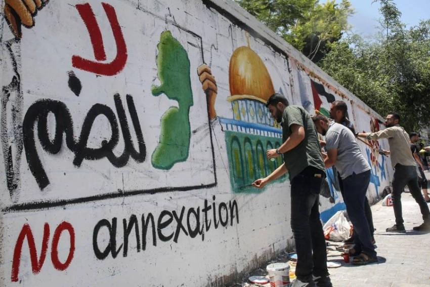عشرات آلاف الفلسطينيين يشاركون في مسيرة حاشدة بمدينة غزة. (أ ف ب)