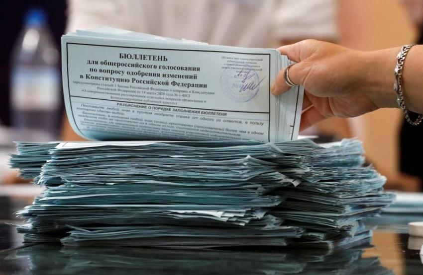 موظف داخل لجنة انتخابية في روسيا. (رويترز)