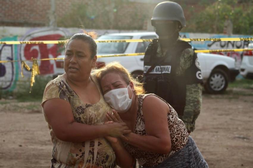 انهيار أهالي الضحايا. (رويترز)