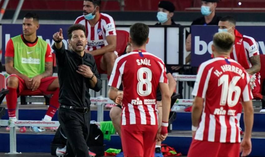 دييغو سيميوني موجهاً لاعبيه خلال مباراة أتلتيكو وبرشلونة. (أ ف ب)