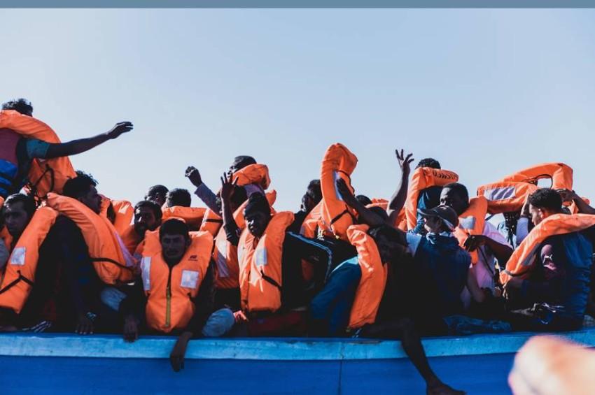 مهاجرون هائمون في البحر. (أ ب)
