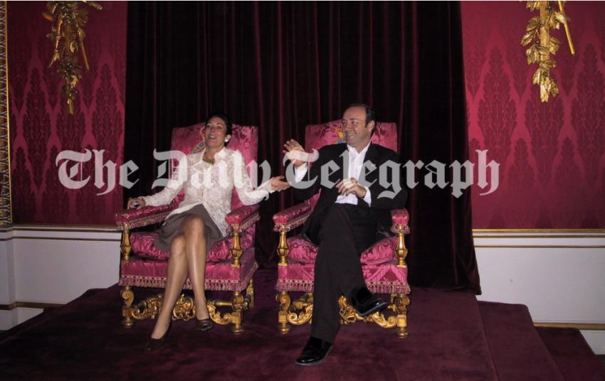 غيسلين ماكسويل مع الممثل كيفين سبيسي في قاعة العرش في قصر باكنغهام - التلغراف