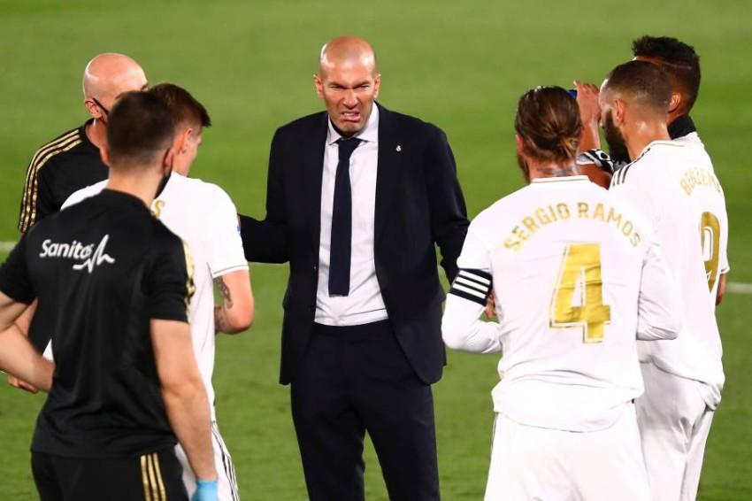 زيدان مع لاعبي ريال مدريد. (رويترز)