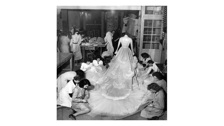 صورة خلال عمل فريق ديور على فستان امبراطورة إيران