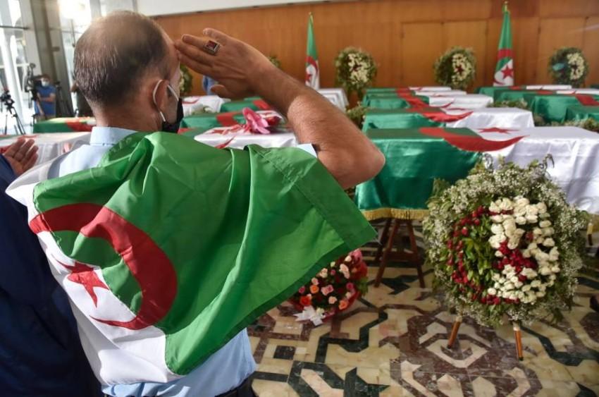 إعادة الرفات ألهبت مشاعر الجزائريين في عيد استقلالهم. (أ ف ب)