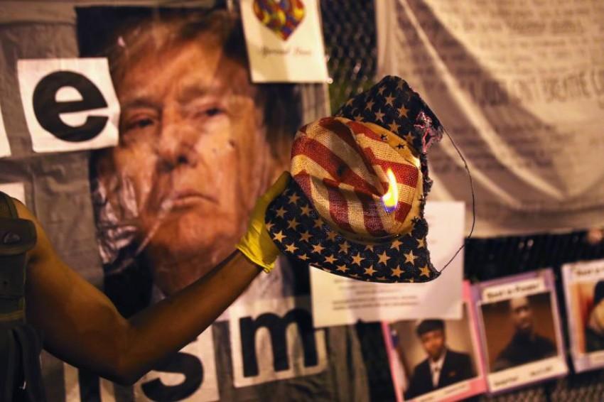 منتقدو ترامب يحرقون صوره.