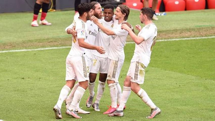 ريال مدريد محتفلاً بالفوز على بليباو. (غيتي)