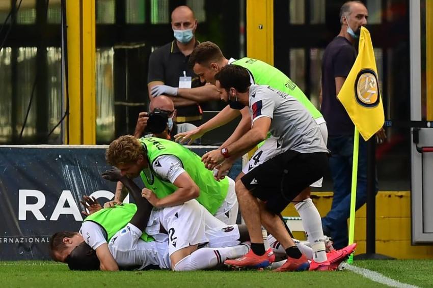 لاعبو بولونيا لا يصدقون فوزهم الصاعق على إنتر بملعبه. (أ ف ب)