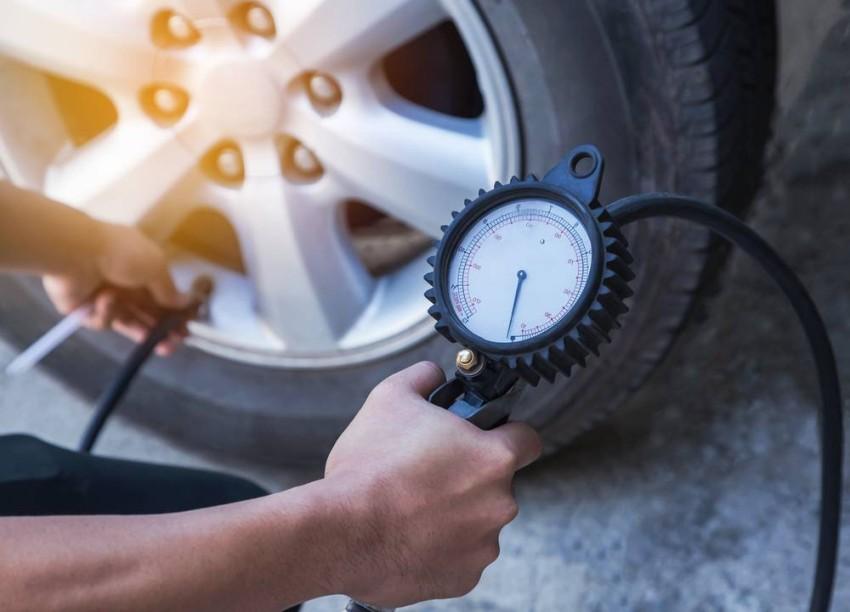 يوصي معظم شركات صناعة السيارات بقياس ضغط الإطارات وهي باردة.
