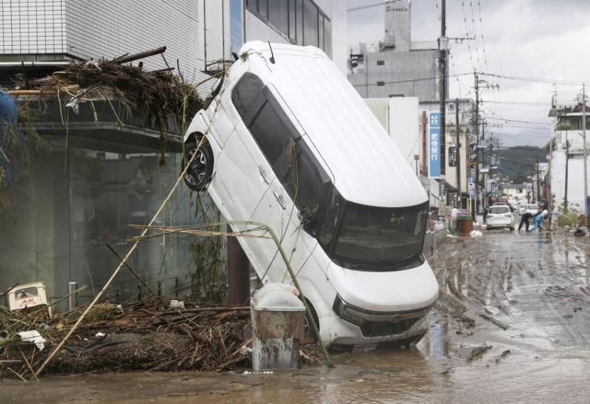 آثار الدمار جراء الفيضانات. (رويترز)
