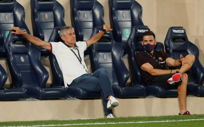 مدرب برشلونة سيتين خلال مباراة فريقه أمام فياريال في الليغا الأحد. (رويترز)