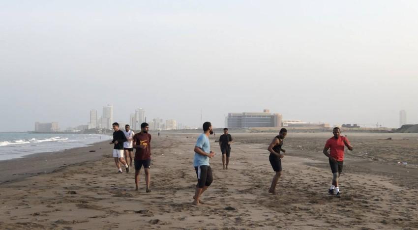 جانب من تدريبات ماجد ناصر في شواطئ الفجيرة. (الرؤية)