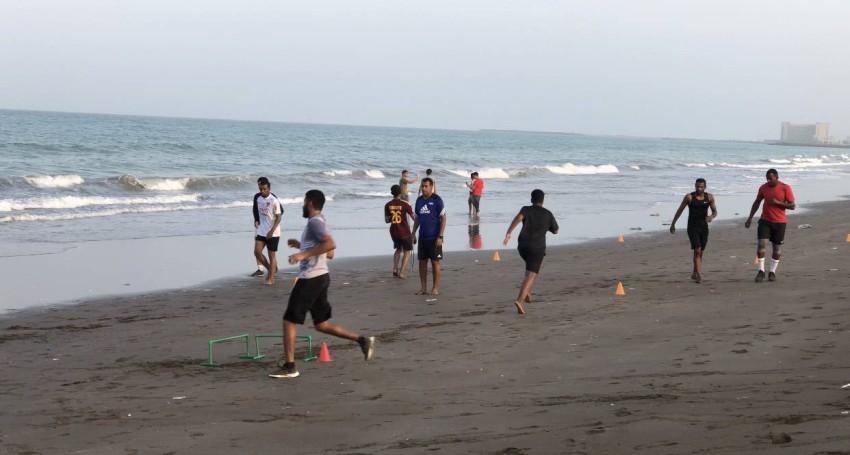 ماجد ناصر يتدرب في شواطئ الفجيرة. (الرؤية)