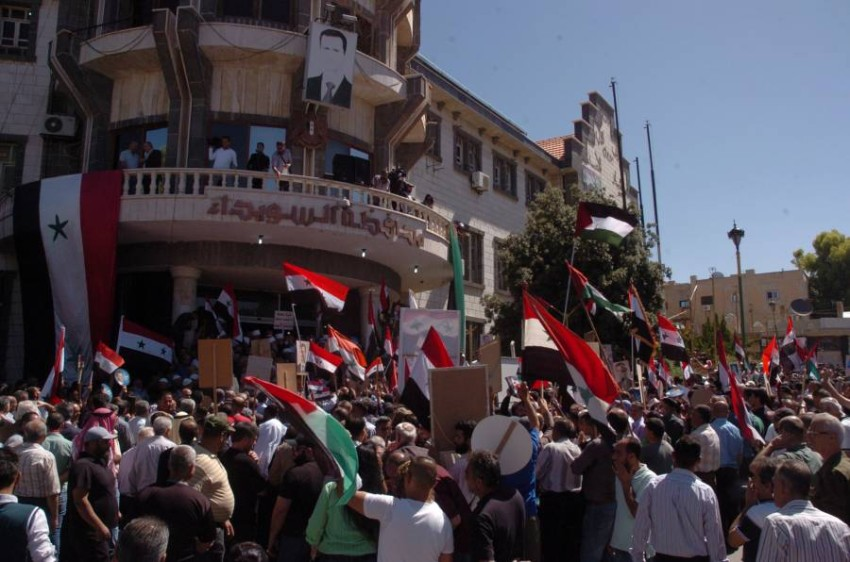 أنصار الرئيس السوري بشار الأسد أثناء الاحتجاجات على الوضع الاقتصادي - رويترز
