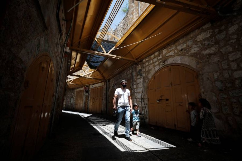 فلسطين تمدد إغلاق الضفة المحتلة 5 أيام. (رويترز)