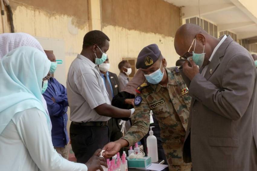 مسؤولون سودانيون خلال افتتاح مركز جديد للعزل بالخرطوم. (إي بي أيه)