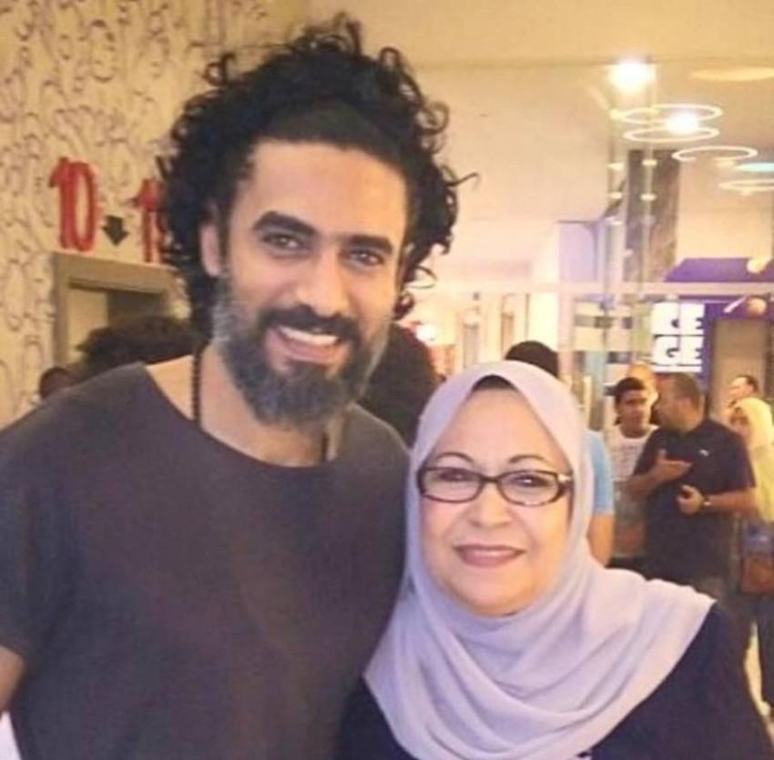 محمد علاء ووالدته.