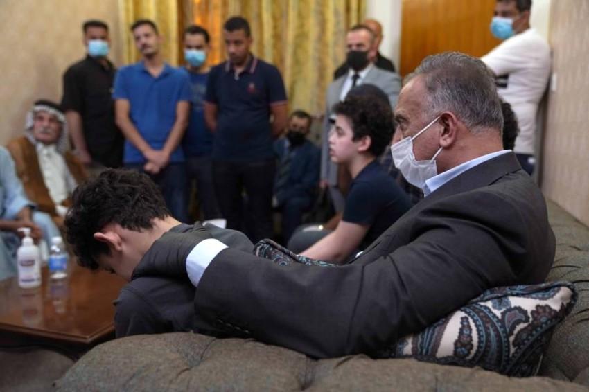 الكاظمي يقدم العزاء لأسرة الهاشمي. (رويترز)