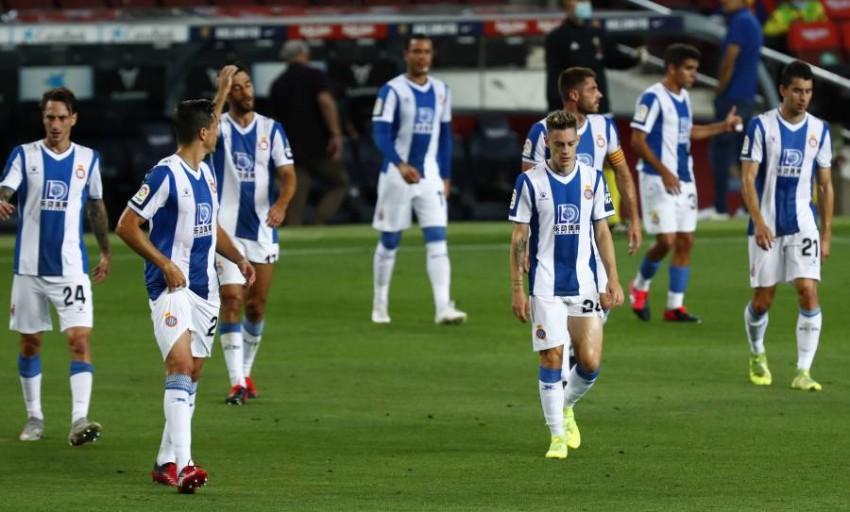 لاعبو إسبانيول بعد الخسارة أمام برشلونة في الديربي الأربعاء. (أ ب)
