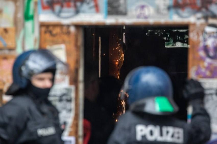 مداهمة مقرات لطالبي لجوء في ألمانيا بتهمة التعذيب. (إي بي أيه)